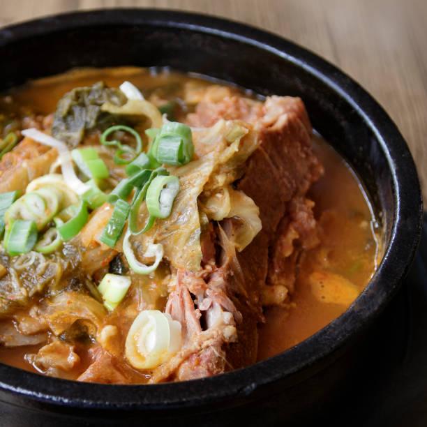 koreanische knochen suppe - crock pot süßigkeiten stock-fotos und bilder
