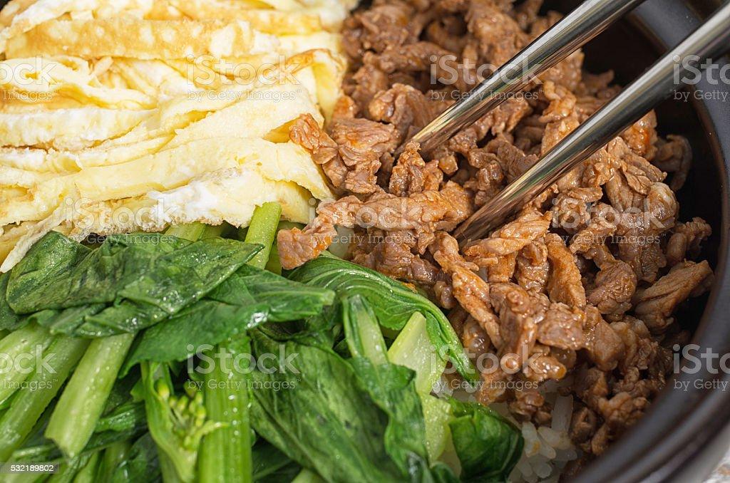 La cocina coreana, huevos y carne de res Bibimbap - foto de stock