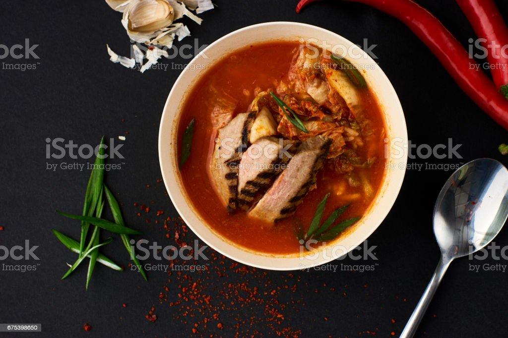 Cuisine coréenne. Soupe de Kimchi sur fond noir photo libre de droits