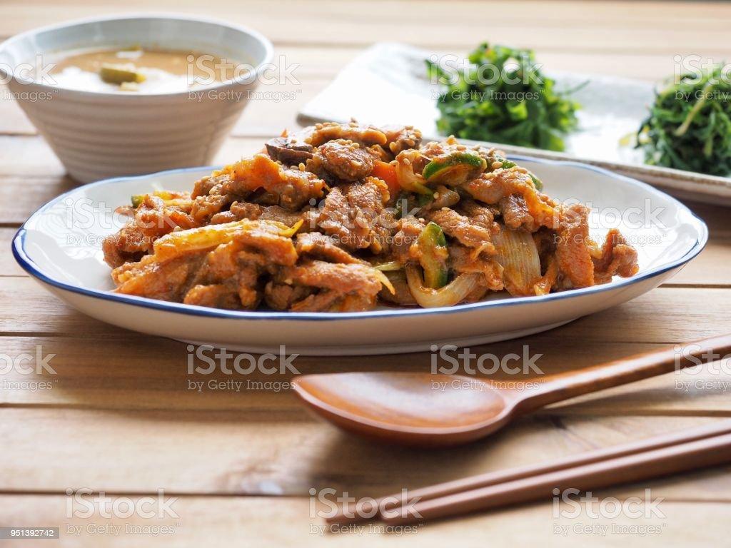 Bokkeum de Jeyuk de comida coreana, frito picante de carne de porco - foto de acervo