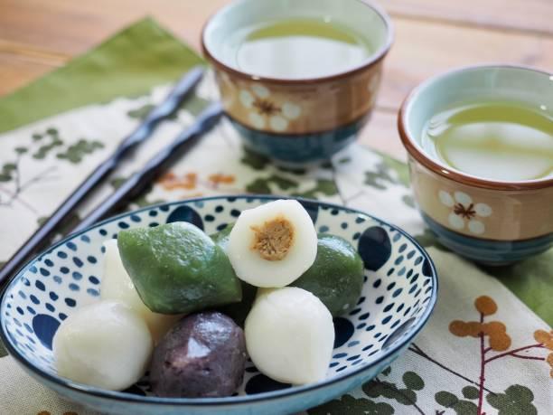 koreanisches essen tteok, halbmond-förmige reiskuchen - grüntee kuchen stock-fotos und bilder