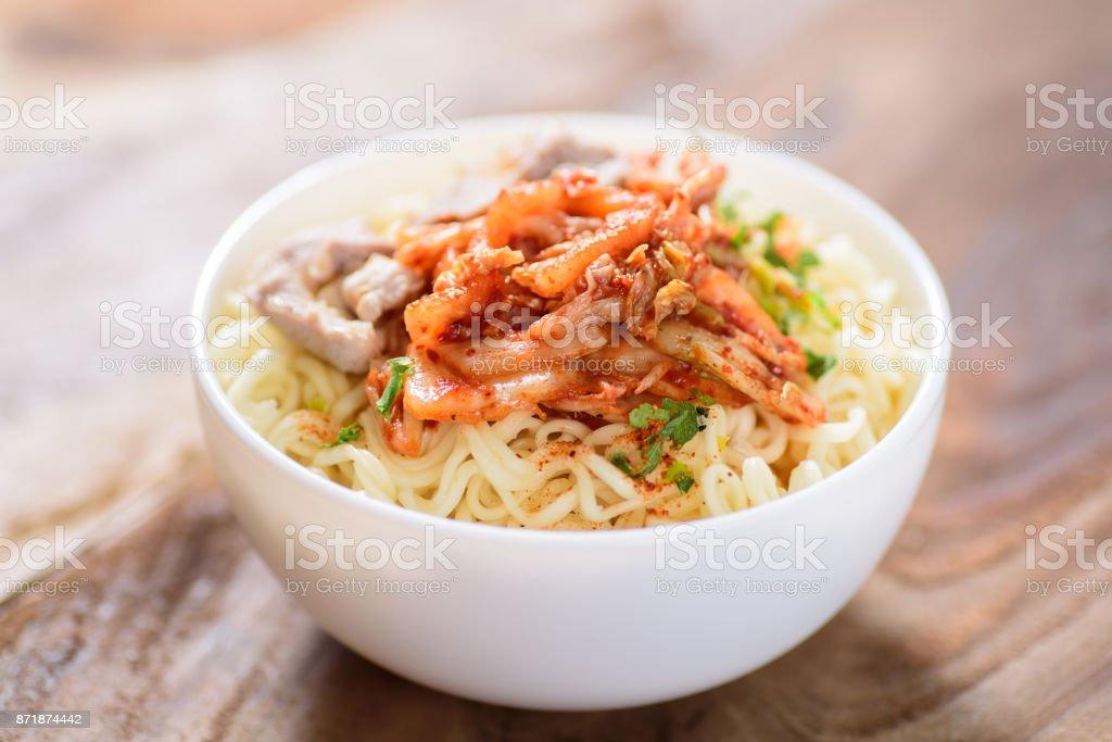 Koreanisches Essen, Instantnudeln mit Kimchi Kohl – Foto