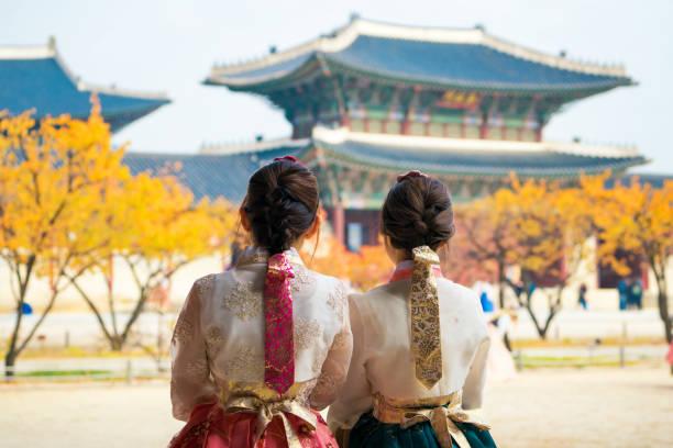 韓服ドレス散歩や旅行で韓国女性 - 韓国 ストックフォトと画像