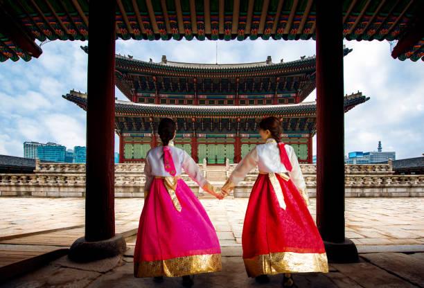 koreaanse dame in hanbok of korea gress en lopen in een oude stad en paleis gyeongbokgung in seoul - korea stockfoto's en -beelden