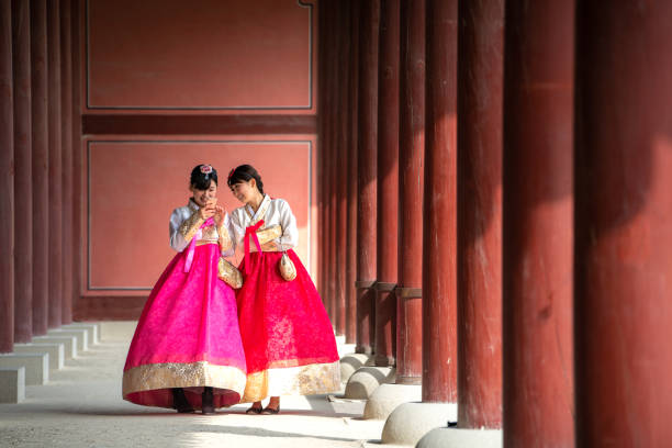 koreaanse dame in hanbok of korea gress en wandeling in een antieke stad - korea stockfoto's en -beelden