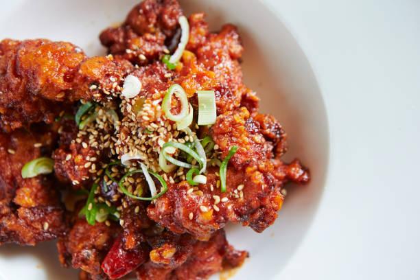 韓国のピリ辛フライド チキン - 韓国文化 ストックフォトと画像