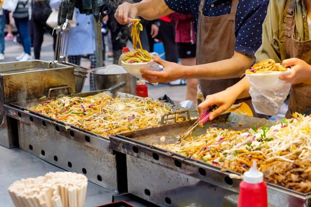 韓国風焼き麺 (韓国の屋台) - 韓国 ストックフォトと画像