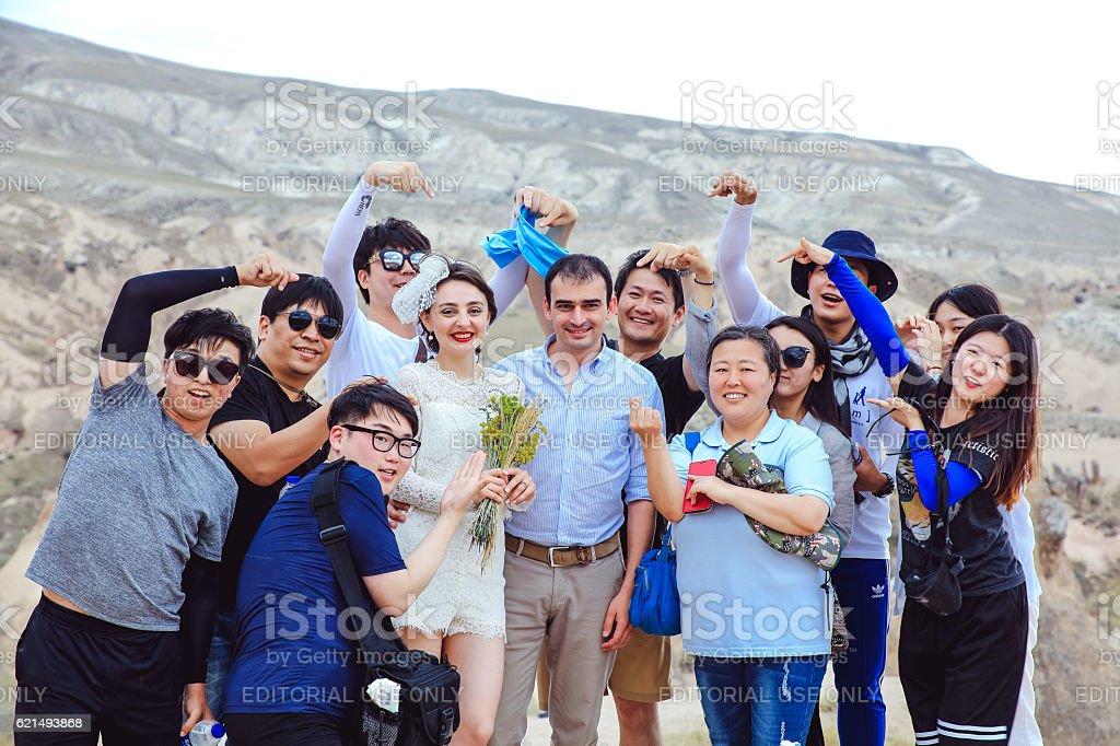 Korean tourists are taking selfie with newlyweds Lizenzfreies stock-foto