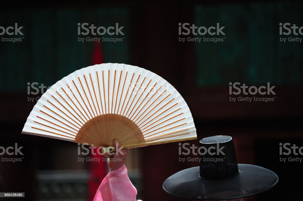 Korean traditional folding fan and Korean traditional hat made of bamboo and horsehair - Zbiór zdjęć royalty-free (Artysta)