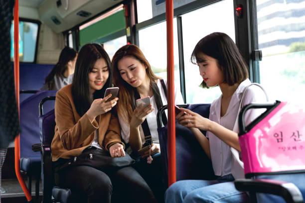 韓国の女性の友人が一緒に最初の休日にバスでソウルを訪れる - 韓国 ストックフォトと画像