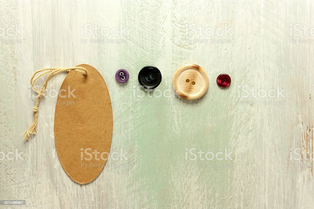 Kraft cardboard tag with retro buttons and copyspace Lizenzfreies stock-foto