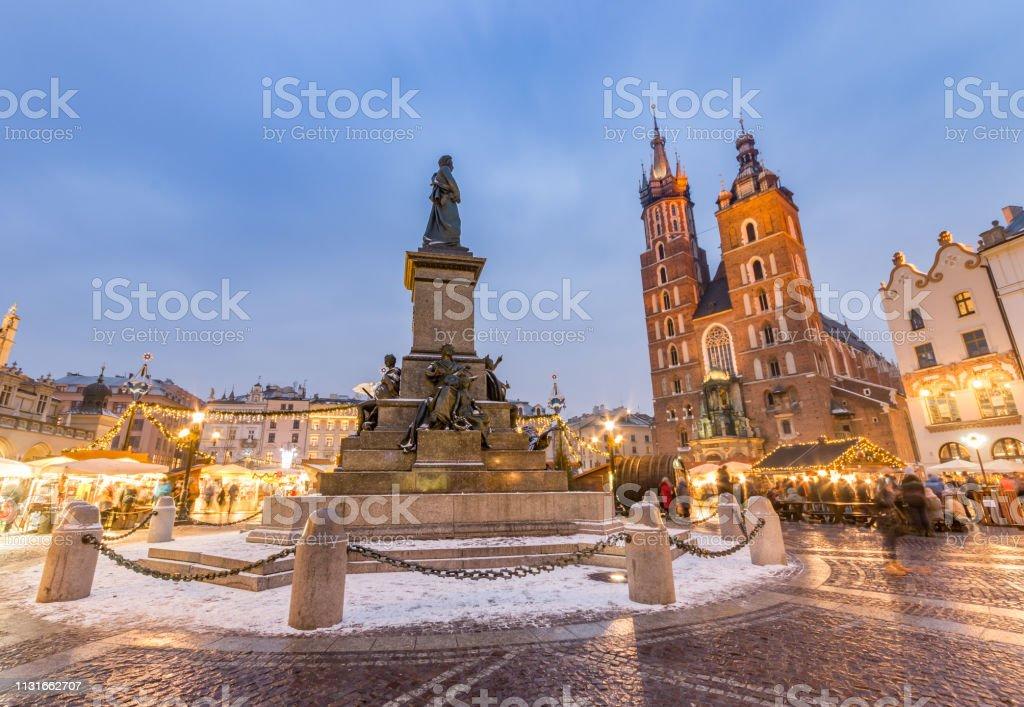 Krakau, Hauptplatz Winterabend, Weihnachtsmärkte, Mickiewicz-Statue und Marienkirche – Foto
