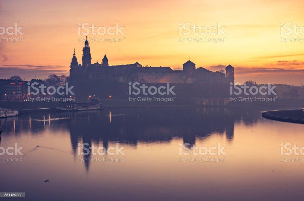 Krakau, Wawel Schloss und Wawel Kathedrale am Morgen über Weichsel – Foto