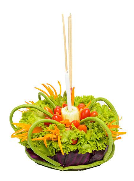 Krathong wurden mit Gemüse auf weißem Hintergrund, Thailand – Foto