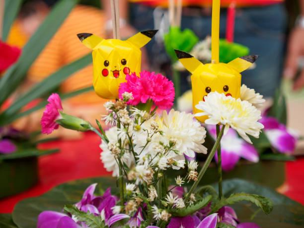 krathong mit pikachu kerzenhalter - pflanzen pokemon stock-fotos und bilder