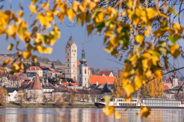 krems stad met de donau in het najaar in wachau, oostenrijk - wenen oostenrijk stockfoto's en -beelden