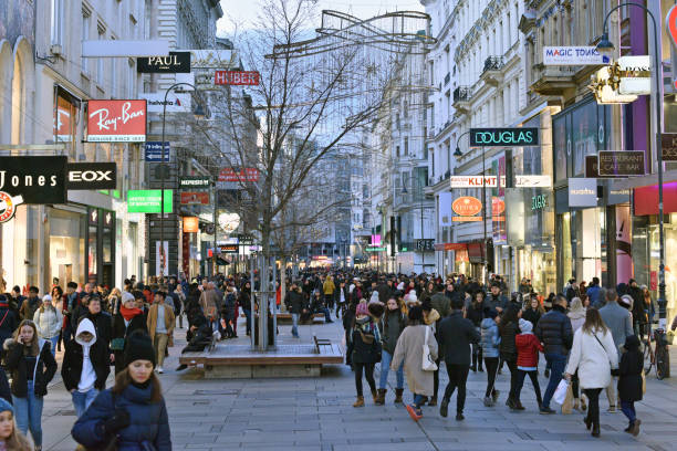 kärntner straße-en stor shoppingstråk i centrum av wien. - fotgängarområde bildbanksfoton och bilder