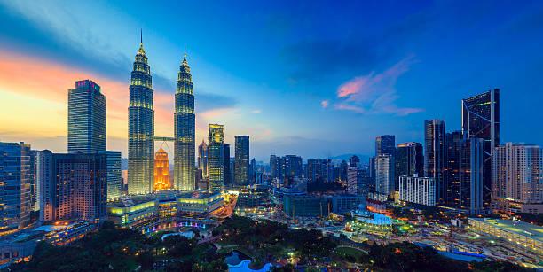 kuala lumper skyline at twilight - maleisië stockfoto's en -beelden