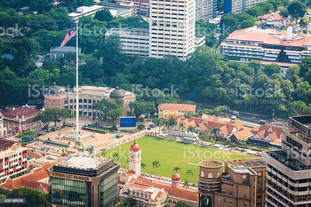 Kuala Lumpur Malásia bandeira que orgulhosamente sobre Praça Merdeka - foto de acervo