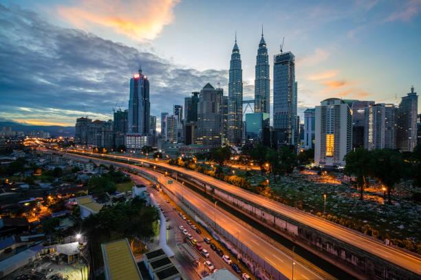 쿠알라룸푸르 스카이 라인 및 쿠알라룸푸르, 말레이시아에도 밤에 고속도로와 마천루. 아시아입니다. - 쿠알라룸푸르 뉴스 사진 이미지