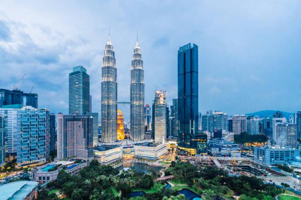 해질녘 페트로나스 타워와 쿠알라룸푸르 스카이 라인 - 쿠알라룸푸르 뉴스 사진 이미지