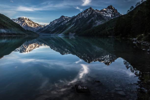 Kucherlinsky See im Altai-Gebirge am Abend im Sommer – Foto