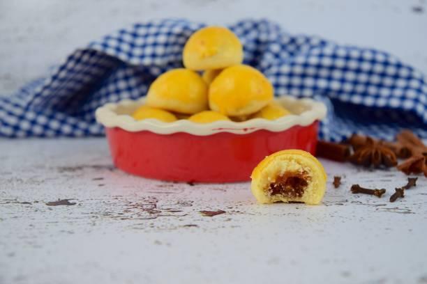 kue nastar, traditionelle kekse während der idul fitri feier in indonesien - ananas marmelade stock-fotos und bilder