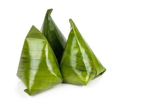 kueh kochi or koci is  asian dumpling made from glutinous rice flour, and stuffed with coconut fillings with palm sugar - pandan składnik zdjęcia i obrazy z banku zdjęć