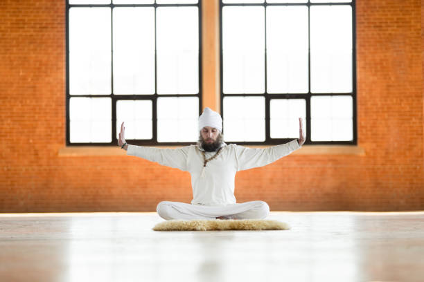 kundalini. mann, yoga zu praktizieren. meditieren im lotus pose - kundalini yoga stock-fotos und bilder