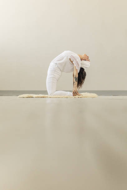 kundalini. frau yoga zu praktizieren. bogen stellen - kundalini yoga stock-fotos und bilder