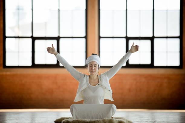 kundalini. frau yoga zu praktizieren. lotus-pose - kundalini yoga stock-fotos und bilder