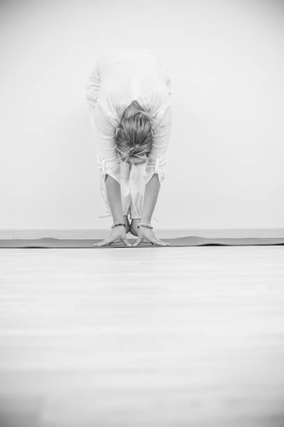 kundalini yoga, frosch-pose - kundalini yoga stock-fotos und bilder