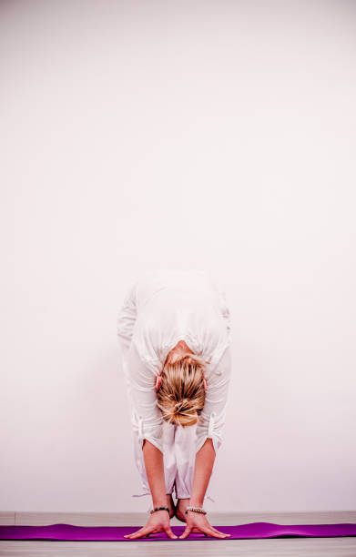 kundalini yoga - frosch-pose - siri om - kundalini yoga stock-fotos und bilder