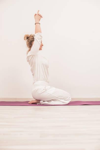 kundalini yoga meditation mit mudra, sat kriya - kundalini yoga stock-fotos und bilder
