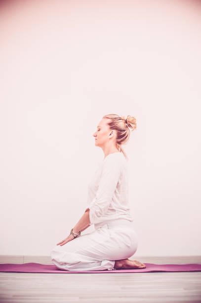kundalini yoga, rock-pose - kundalini yoga stock-fotos und bilder