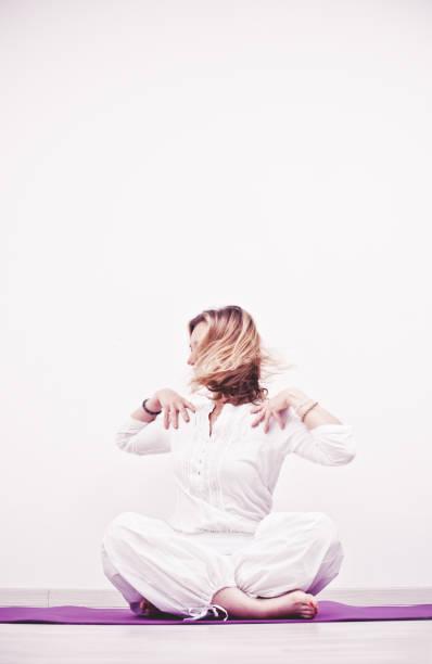 kundalini yoga, seite twist, aufwärmen - kundalini yoga stock-fotos und bilder