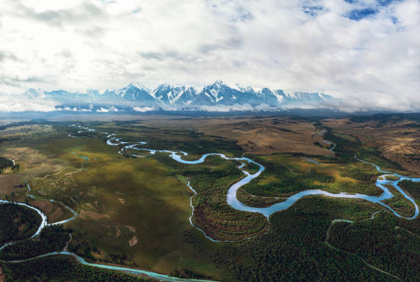 koerai-steppe en chuya-rivier - siberië stockfoto's en -beelden