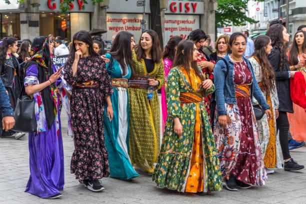 kurdische mädchen und frauen in traditioneller kleidung bei einer demonstration in der fußgängerzone der innenstadt von hannover, deutschland - kurdische sprache stock-fotos und bilder