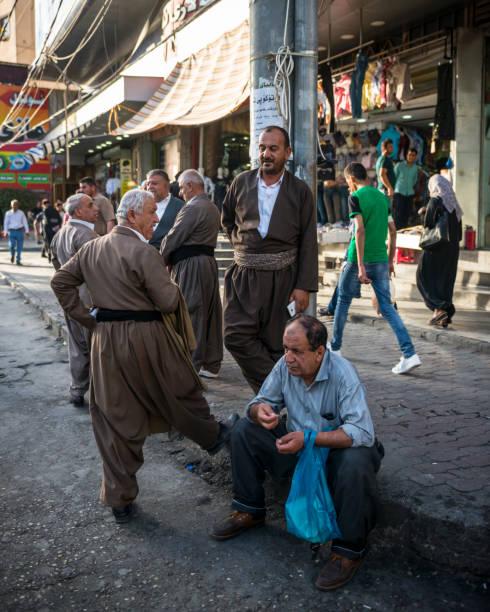 kurdische männer in sulaimaniyya im nordirak - kurdische sprache stock-fotos und bilder