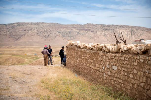 kurdische männer geselligkeit in dubardan, nord-irak - kurdische sprache stock-fotos und bilder