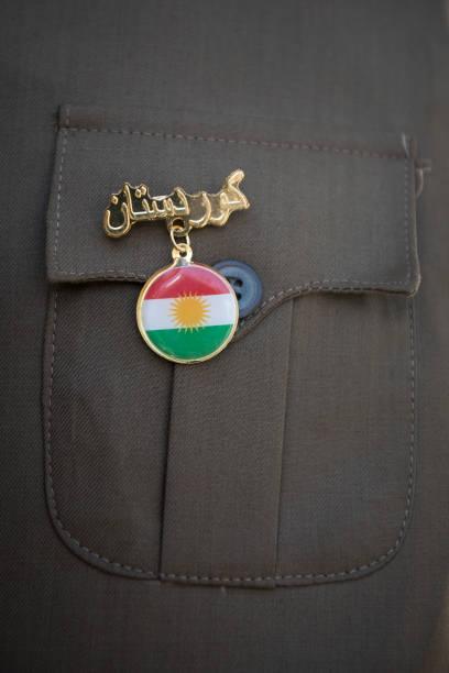 kurdistan flagge anstecknadel im nordirak - kurdische sprache stock-fotos und bilder