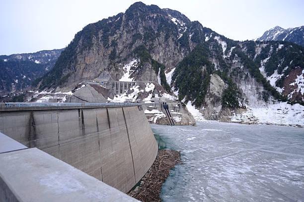 Pantano de Kurobe, Japón - foto de stock