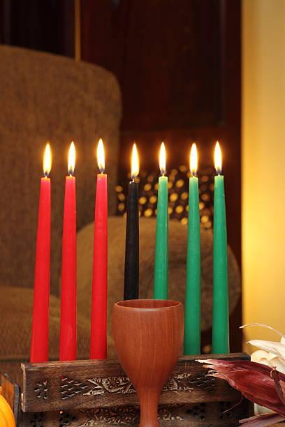 お祝いのキャンドルすべての照明付き垂直 - クワンザ ストックフォトと画像