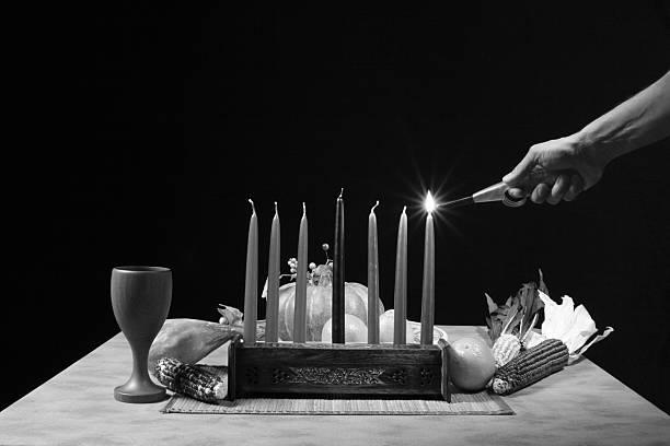 お祝いテーブル照明ローソク足に b &w - クワンザ ストックフォトと画像