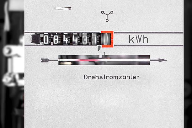 kwh zifferblatt-running kraft-messung maschine nahaufnahme - leitungswasser trinken stock-fotos und bilder