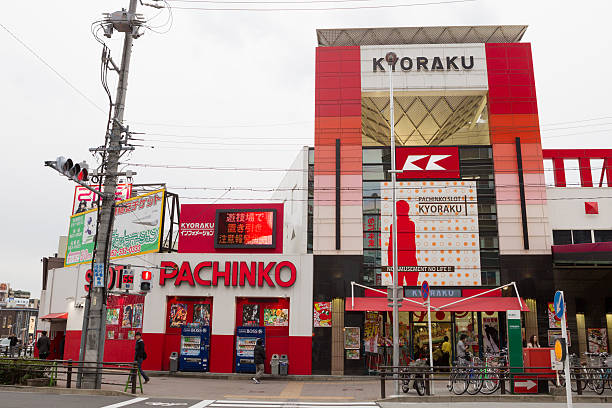 kyoraku pachinko-glückspiel shop in japan - pinball spielen stock-fotos und bilder
