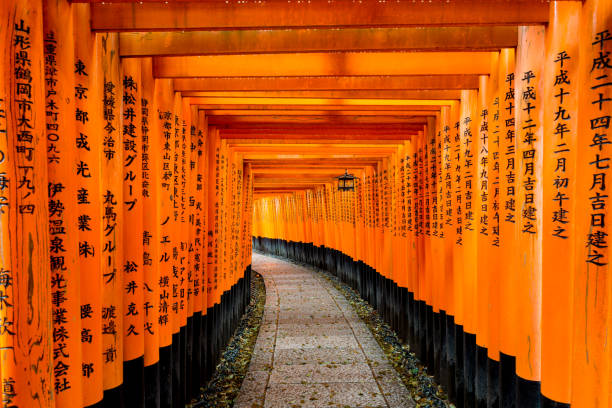 Kyoto, Japan: 5. April 2017 - rote Tori Tor am Fushimi Inari-Schrein in Kyōto, Japan. – Foto