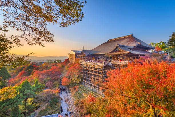 kyoto, japón en el templo de kiyomizu-dera - kyoto fotografías e imágenes de stock
