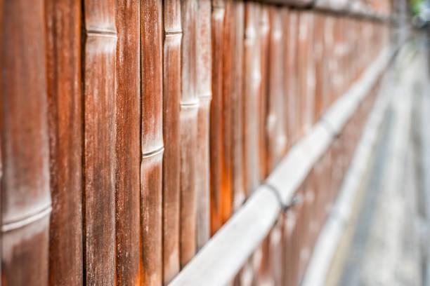 Kyoto, Japão área residencial com o close up da cerca de madeira de bambu com cor marrom alaranjada vermelha pelo passeio - foto de acervo