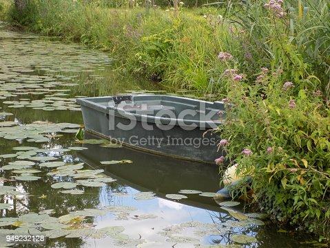 Une barque sur un petit lac